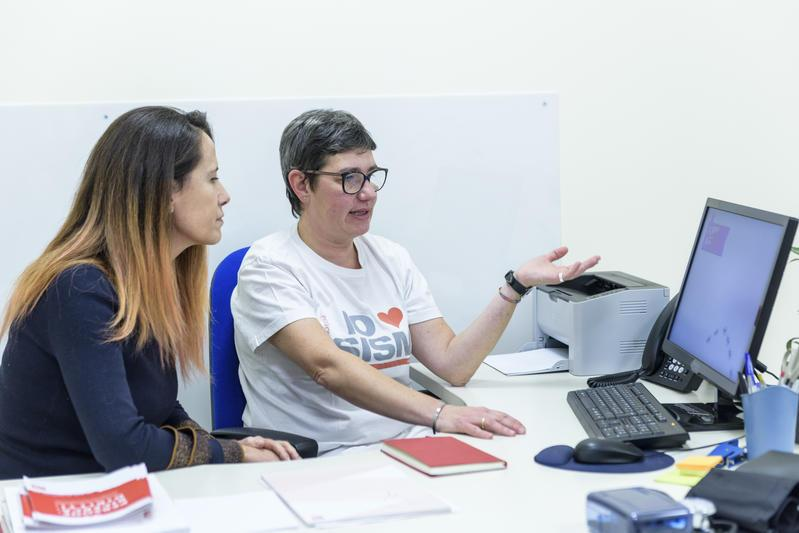 Roberta Motta con una paziente al Servizio Riabilitazione AISM Liguria