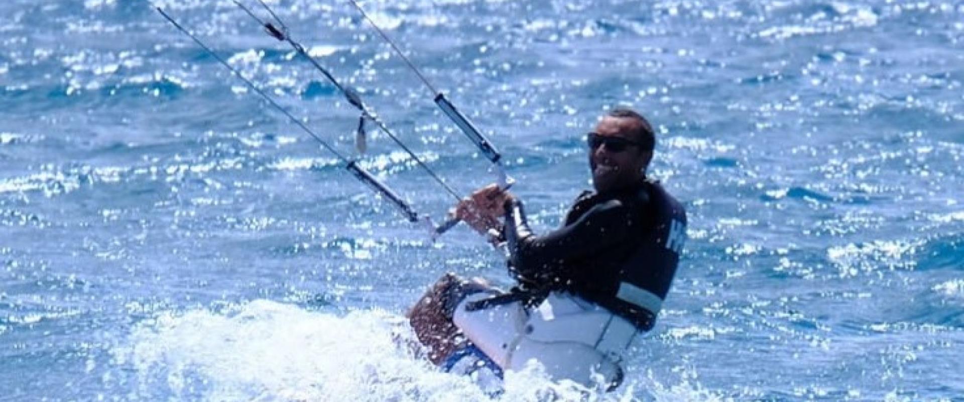Giorgio Digrandi in mare con il suo kitesurf da seduto